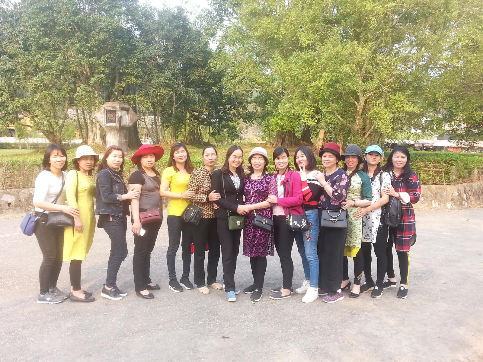 Đoàn cán bộ giáo viên, nhân viên chụp ảnh lưu niệm tại Cây đa Tân Trào ngày 10-3-2018